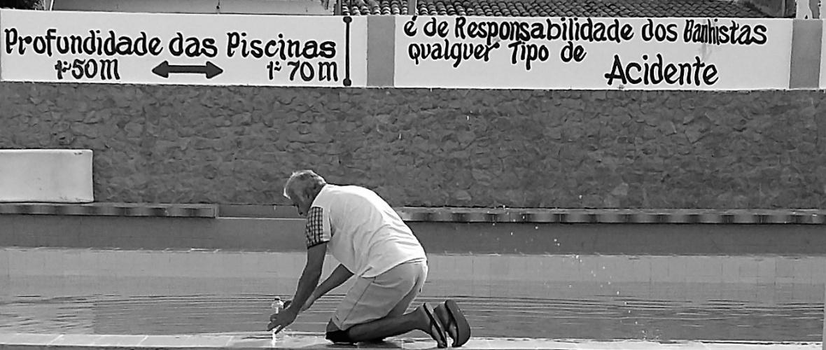 O ex-gerente do Hotel da Biliu acelera o trabalho para ficar menos tempo respirando cloro. Foto: Paulo Oliveira