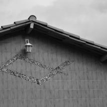 Lampião e símbolo que lembra a maçonaria. Foto: Natália Silva