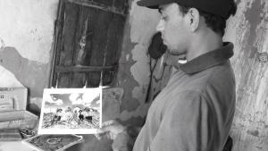 Paulo mostra uma foto de sua família nas ruínas de Canudos. Foto: Paulo Oliveira