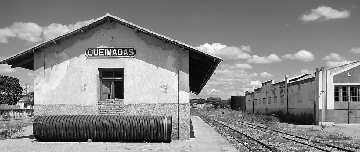 """A decadência da estação culminou com o desabamento parcial do teto, durante uma """"chuva de trovoada"""", em 14 de outubro de 2009.  Foto: Paulo Oliveira"""