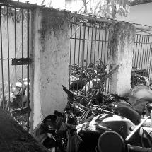 Local onde os presos tomavam banho de sol virou depósito de motocicletas apreendidas. Foto: Paulo Oliveira