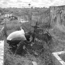 Coveiro auxiliar vistoria sepultura feita com bosta de vaca e cal. Foto: Paulo Oliveira