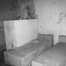 Banheiro e camas de cimento da cadeia desativada. Foto: Paulo Oliveira