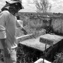Lúcio Coveiro mostra onde os outros policiais foram sepultados. Foto: Paulo Oliveira