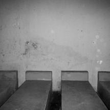 Camas das antigas celas são de cimento. Foto: Paulo Oliveira