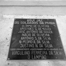 Detalhe da placa em homenagem aos soldados mortos, colocada numa sepultura. Foto: Paulo Oliveira