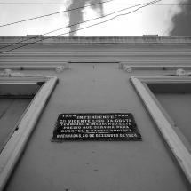 Placa alusiva à inauguração do prédio da prefeitura e cadeia. Foto: Paulo Oliveira