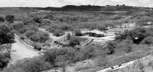 Logo após o paredão da barragem de Cocorobó, em uma das saídas de água, população transformou o local em área de lazer. Foto: Paulo Oliveira
