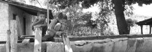 Crianças usam as acéquias para tomar banho. No passado, também bebiam a água. Foto: Paulo Oliveira