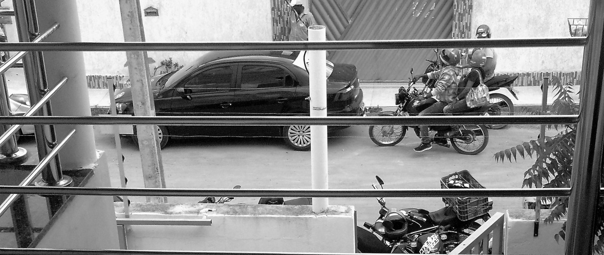 Grupo de motoqueiros persegue os carros de políticos rivais para evitar que eles conquistem os  indecisos e fiscalizar se há compra de votos. Foto: Fabiana Dias