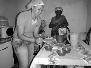 Ana Maria Gonçalves prepara o mousse de umbu com açaí sob olhar de Dona Otacília, que colhe os frutos e participa do processo de preparação da polpa. Foto: Paulo Oliveira
