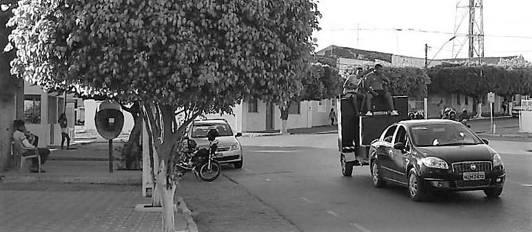 Simpatizantes da prefeita reeleita passaram o dia seguinte à eleição, desfilando em carros de som, tocando músicas para provocar o adversário derrotado. Foto: Paulo Oliveira