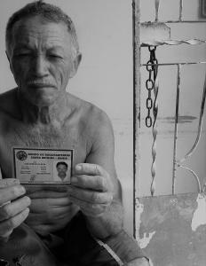 José mostra o documento oficial do Grupo de Bacamarteiros. Foto: Paulo Oliveira
