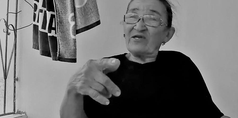 Dona Gatinha, rezadeira do povoado de Olhos D'Água, em Tucano (BA). Reprodução do vídeo de Helenita Monte de Hollanda