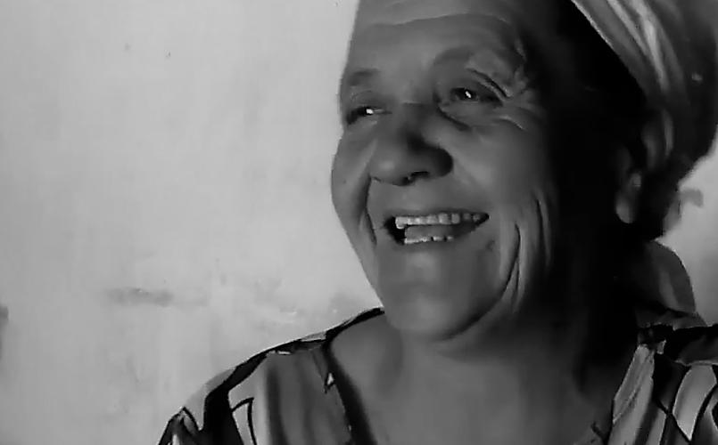 Dona Maria ensina as orações Pai Nosso Pequenininho e São Jorge Cavaleiro. Reprodução do vídeo de Helenita Monte de Hollanda