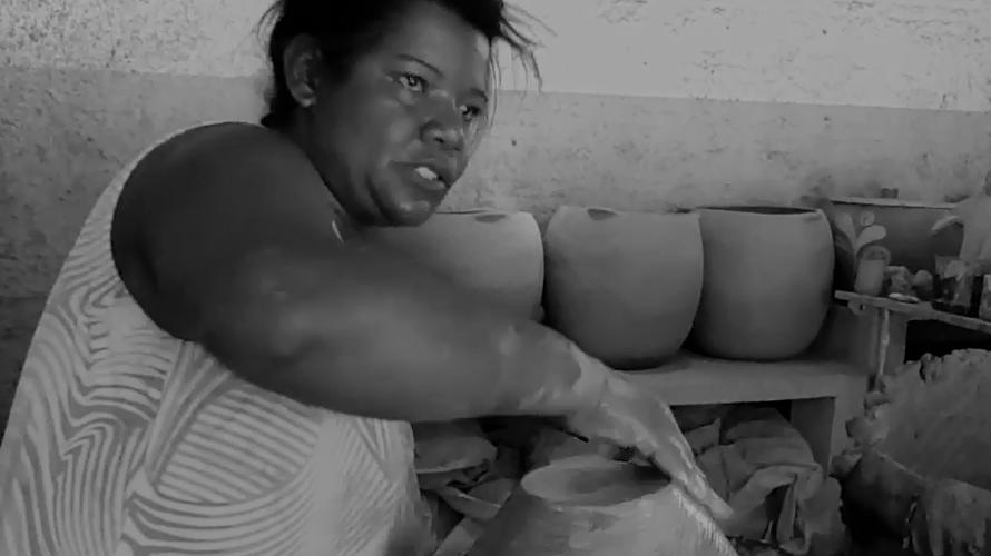 Adilma trabalha na produção de vasos. Reprodução do vídeo de Helenita Monte de Hollanda