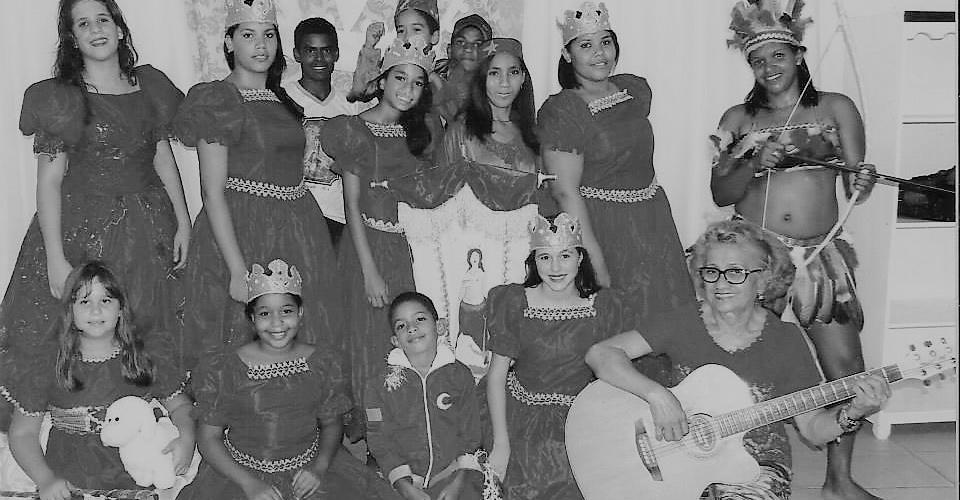 Carmelita posa com as meninas do reisado. Reprodução do Facebook