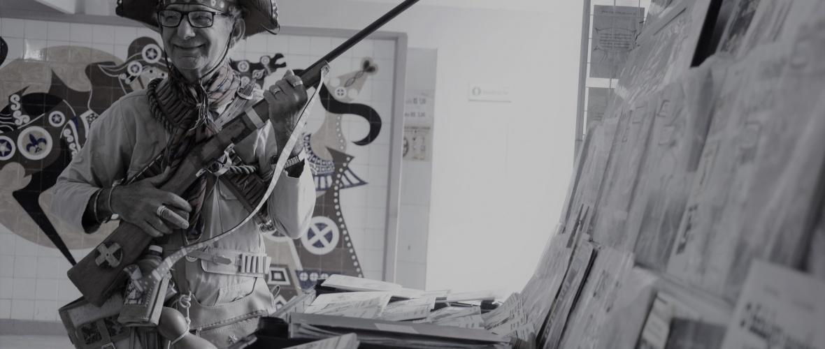 Adolfo decora e se veste como os personagens de cordel para vender seus folhetos. Foto: Silvio Tito