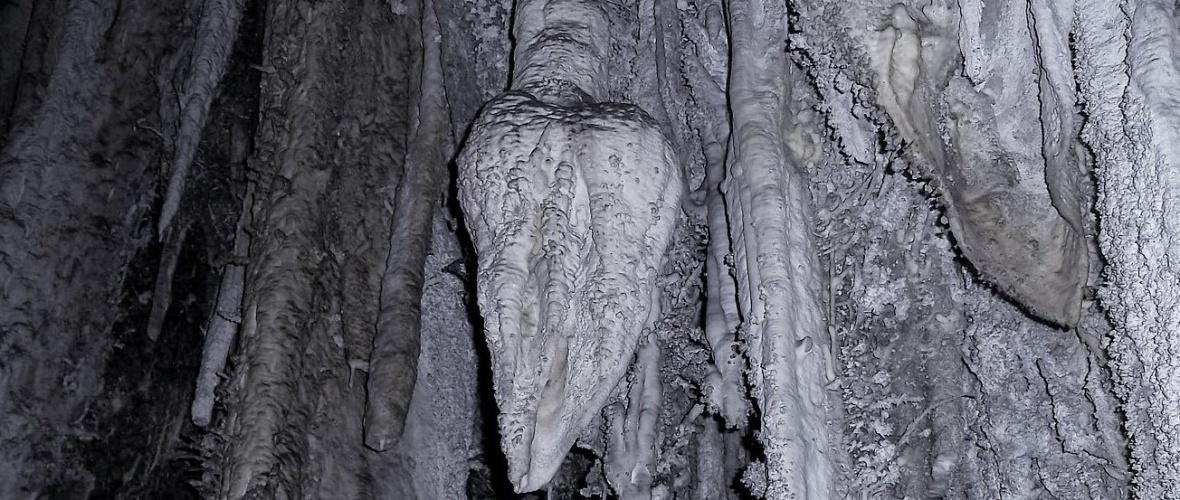 No meio da gruta há um estalactite que representa o Sagrado Coração de Jesus, adorado na caverna. Foto: reprodução da internet