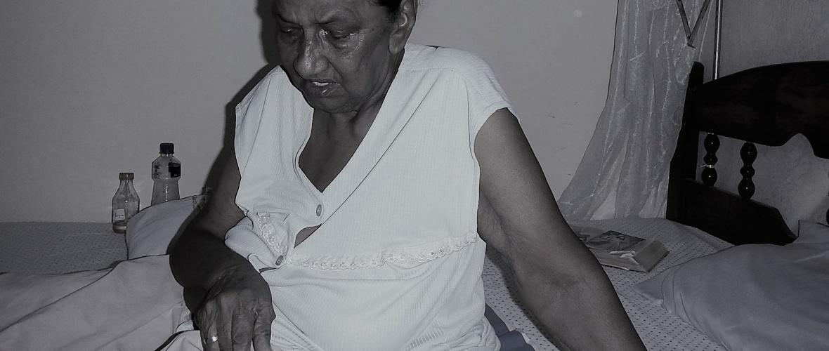 Dona Durú mostra os joelhos machucados durante a entrevista. Foto: Paulo Oliveira