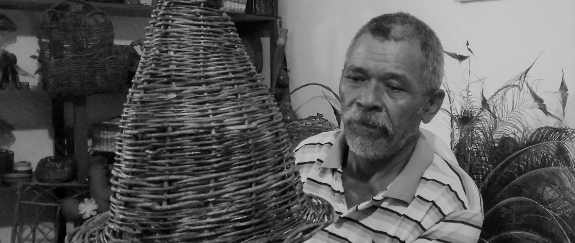 O artesão Hermes mostra luminária feita de cipó. Foto: Paulo Oliveira