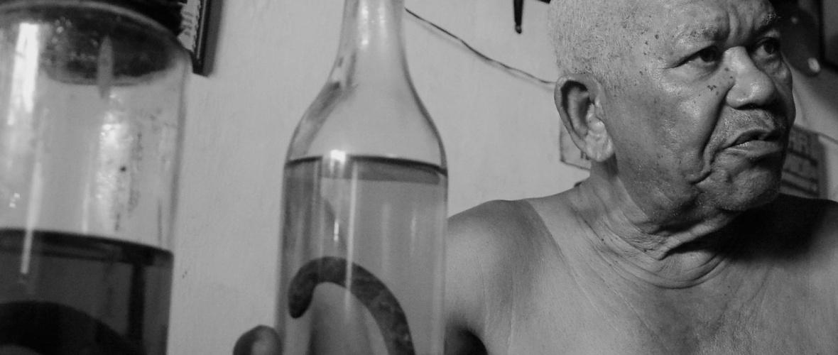 """Cachaça com cobra sempre foi a maior atração da """"Farmácia do Doutor Cumpadinho"""". Foto: Silvio Tito"""
