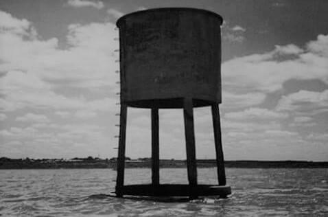 Só a antiga caixa d'água de Rodelas resistiu ao alagamento.