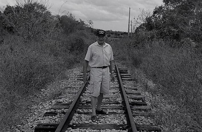 Após 62 anos, Elizeu Barroso volta ao povoado onde nasceu e foi criado e só encontra mato e ruína. Foto: Luiz Britto