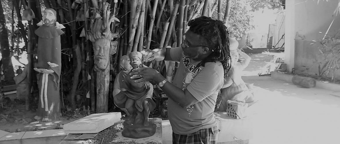 Gerard trabalha na imagem de Ogum. Foto: Paulo Oliveira