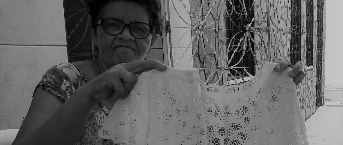 Para não ser afetada pela crise econômica, a bordadeira Marinildes também vende produtos adquiridos no Ceará. Foto: Paulo Oliveira