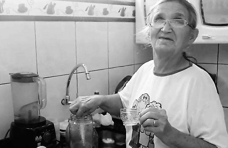 Dona Maria prepara o licor de acerola. Reprodução do vídeo de Natália Silva