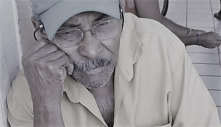Valdenor vende rapé e alecrim há seis anos no Mercado de Barra. Foto: Paulo Oliveira