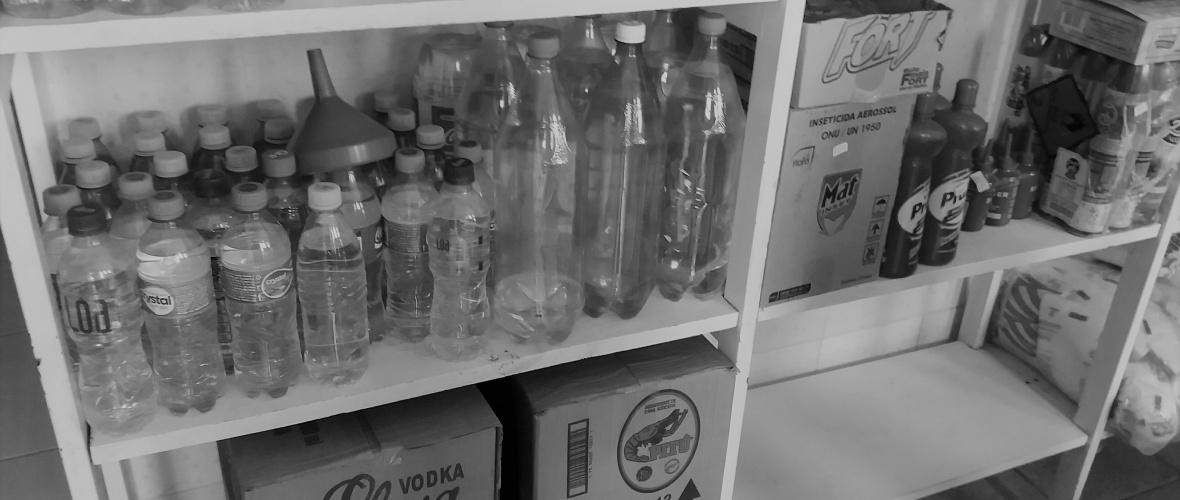 A cachaça é vendida em garrafas plásticas de refrigerante e água mineral. Foto: Paulo Oliveira