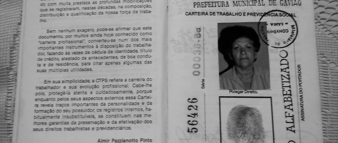 Carteira de trabalho de Eulina Lima dos Santos, preservada por Mundinha. Foto: Paulo Oliveira