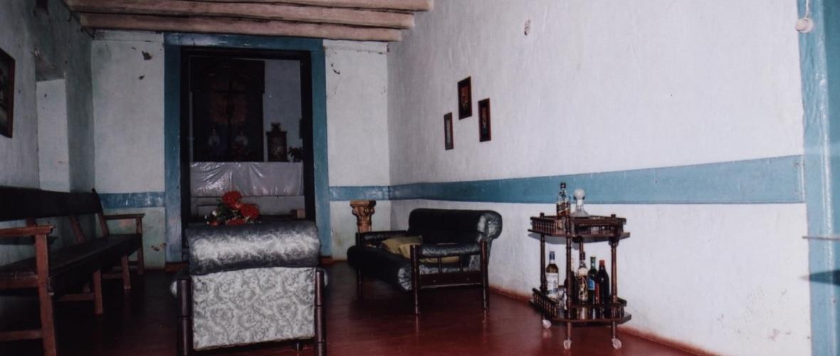 Vista da sala de estar a partir da porta que interliga a um quarto. Capela ao fundo em nível mais elevado. Foto: Elias Mascarenhas/Ipac