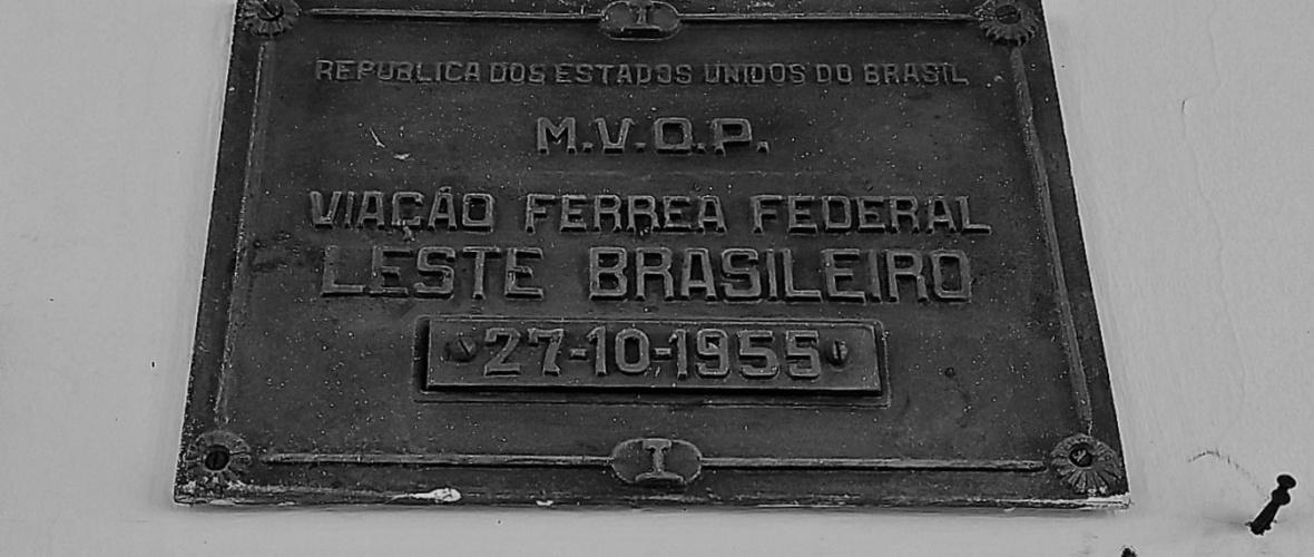 Placa da Viação Férrea Federal Leste Brasileiro, que passou para a RFFSA em 1957. Foto: Paulo Oliveira