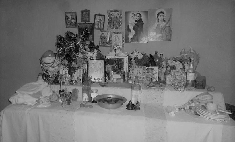 No altar onde ficam as pedras estão as representações de santos católicos, orixás e encantados. Foto: Neilde Cardoso