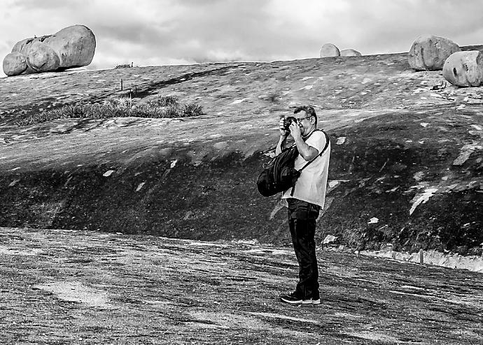 Elias fotografando em Lajedo de Pai Mateus (PB). Foto: Ana Carla Andrade
