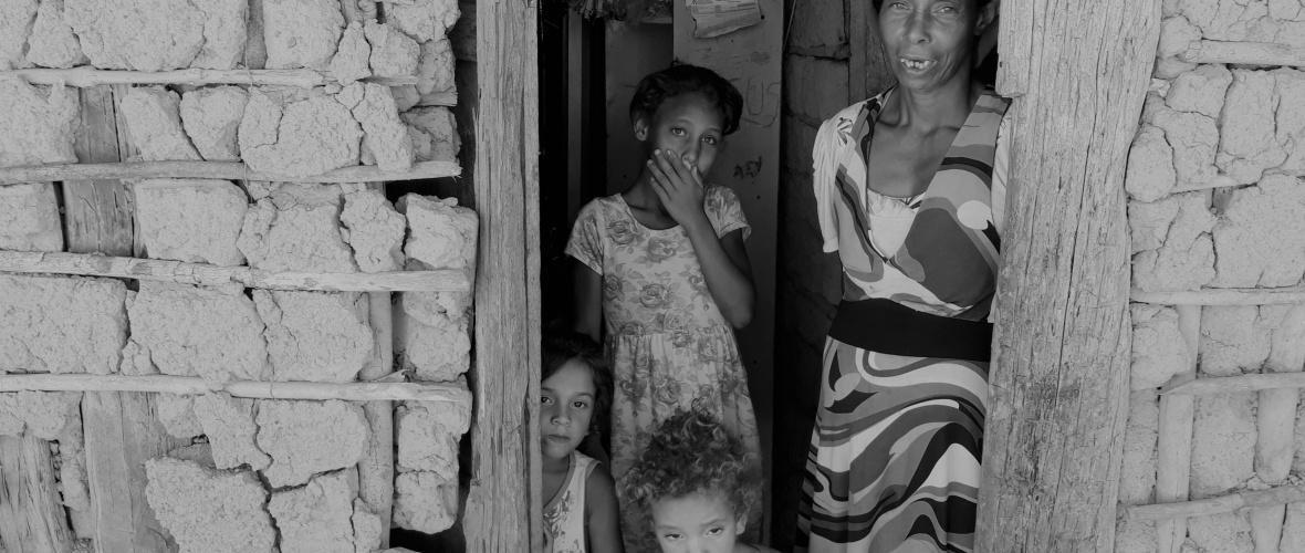 Beatriz, a filha mais nova e as duas netas na casa de enchimento. Foto: Paulo Oliveira