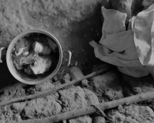 """Pedaços de ossos de boi doados são misturados com feijão. """"É o que tem para comer"""", diz a agricultora Laurinda. Foto: Paulo Oliveira"""