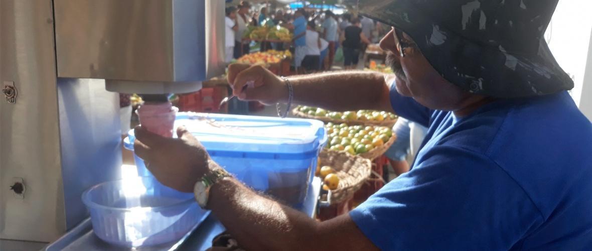 Armando trabalha na feira da região de Cedro de São João. Foto: Paulo Oliveira