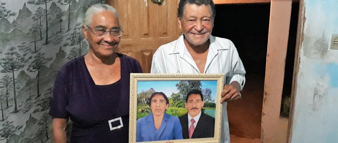Alaíde, Toninho e o retrato pintado. Foto: Paulo Oliveira