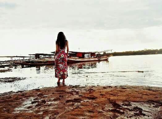 Moça formosa passeia na beira do rio São Francisco. Foto: Arílson Costa