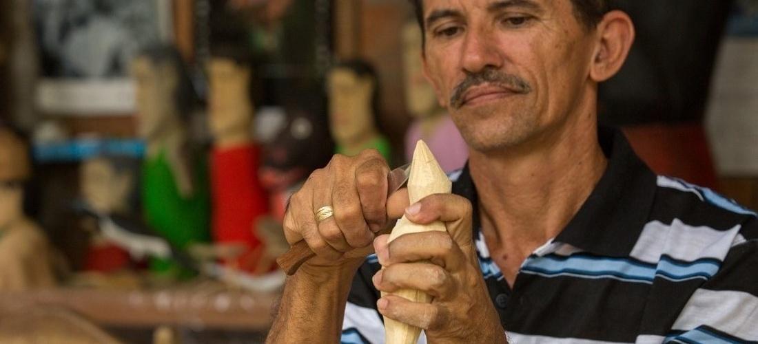 Mestre Aberaldo, cores esculturas de madeira. Foto: Agência Alagoas/Itawi Albuquerque