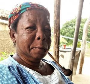 Dona Maria de Olímpio fuma cachimbo desde os 7 anos. Hoje tem 61. Foto: Paulo Oliveira