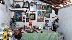 O altar fica no local em que dona Maria faz os atendimentos de vidência e joga búzios. Foto: Paulo Oliveira