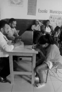 Moradores de Riacho do Meio assinam contrato com a Caixa para construção de casas do programa de habitação rural. Foto: Edelson Moreira