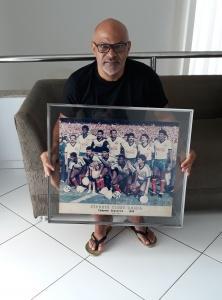 Charles segura pôster do Bahia campeão 88. Foto: Paulo Oliveira