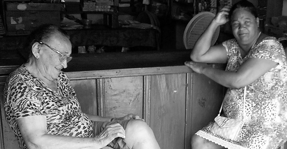 Marré (D) conta sua aflição para a amiga Nidinha. Foot: Paulo Oliveira