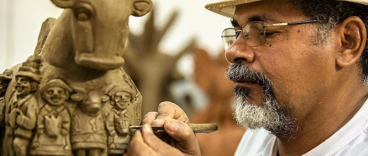 O escultor João das Alagoas em processo de criação. Foto: Secretaria de Desenvolvimento Econômico e Turismo (AL)